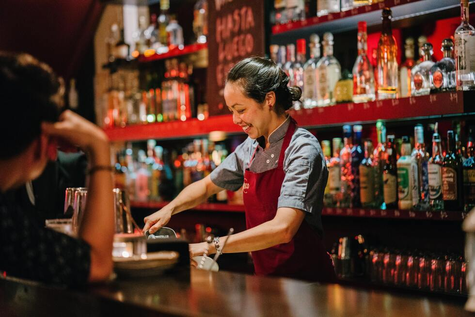 Barmaid rouge sourire